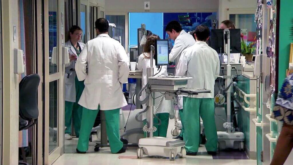 Mọi thứ trở nên hỗn loạn chưa từng thấy: Các bệnh viện Mỹ đang vỡ trận vì đại dịch virus corona - Ảnh 8.
