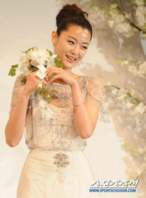 """Từng là """"tam giác cân"""" bất phân thắng bại của Kbiz thế nhưng chỉ sau 1 năm Song Hye Kyo lại lép vế hoàn toàn trước hai """"đối thủ"""" Kim Tae Hee và Jun Ji Hyun ở điểm này  - Ảnh 3."""