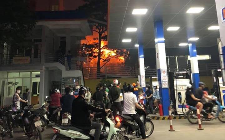 Hà Nội: Cháy nhà gần cây xăng, hai mẹ con may mắn thoát nạn