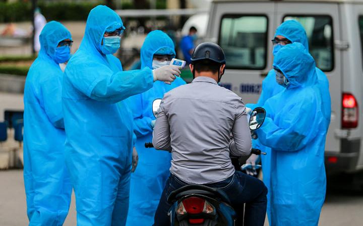 """Chùm ảnh: Đội ngũ nhân viên y tế cùng lực lượng chức năng """"trực chiến"""" trước cổng bệnh viện Bạch Mai, không tiếp nhận nhu yếu phẩm tiếp tế từ bên ngoài"""