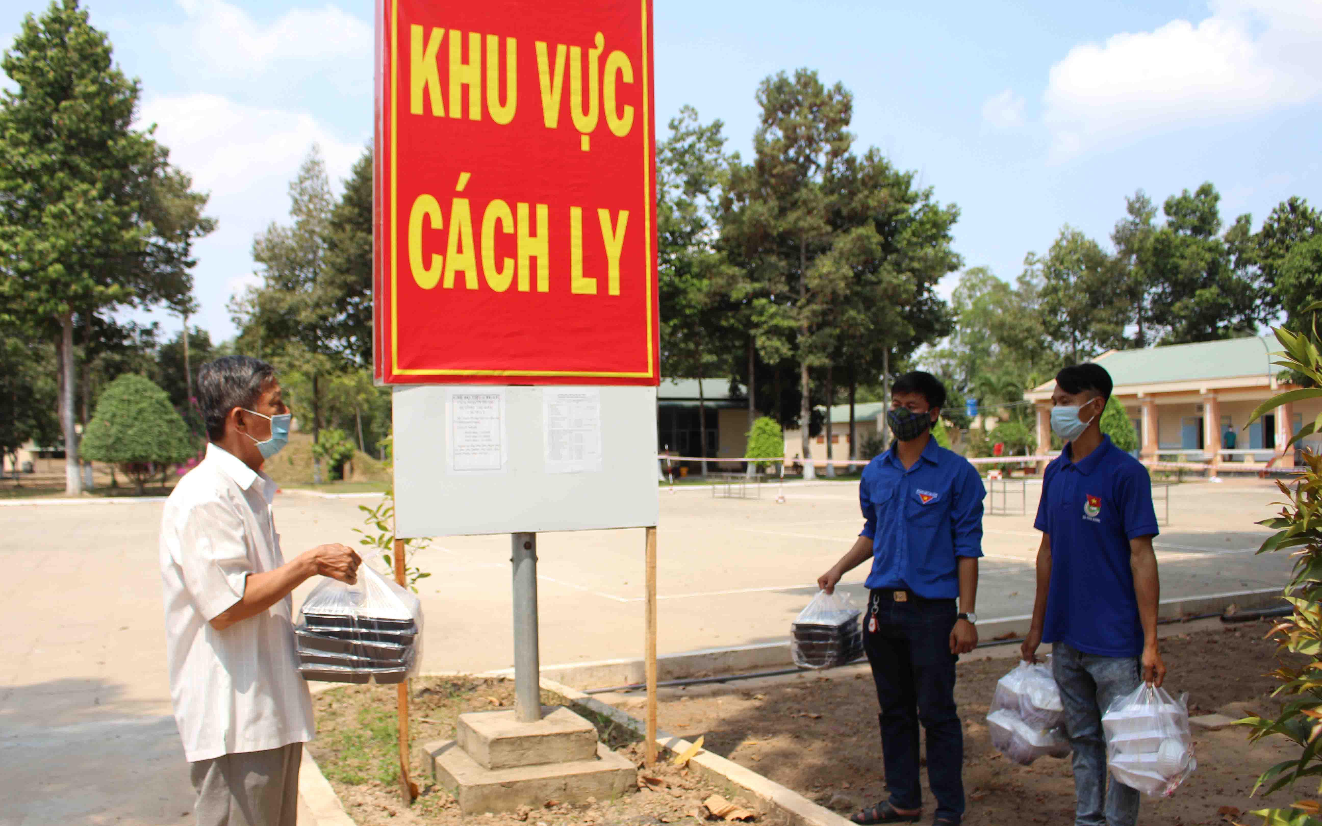 Ảnh: Bộ Tư lệnh hóa học vào cuộc, phun khử trùng toàn bộ Bệnh viện Bạch Mai sau khi liên tiếp có ca nhiễm Covid-19