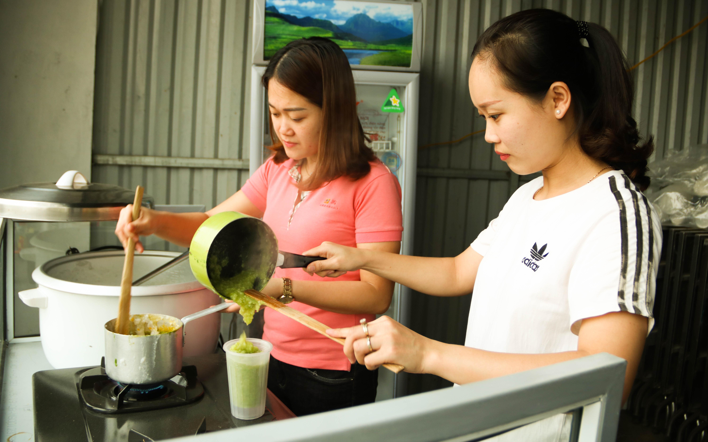 """Hai chị em giáo viên tiểu học gây dựng quầy cháo dinh dưỡng khi nghỉ dịch, thực hiện """"chính sách"""" miễn phí chẳng giống ai"""