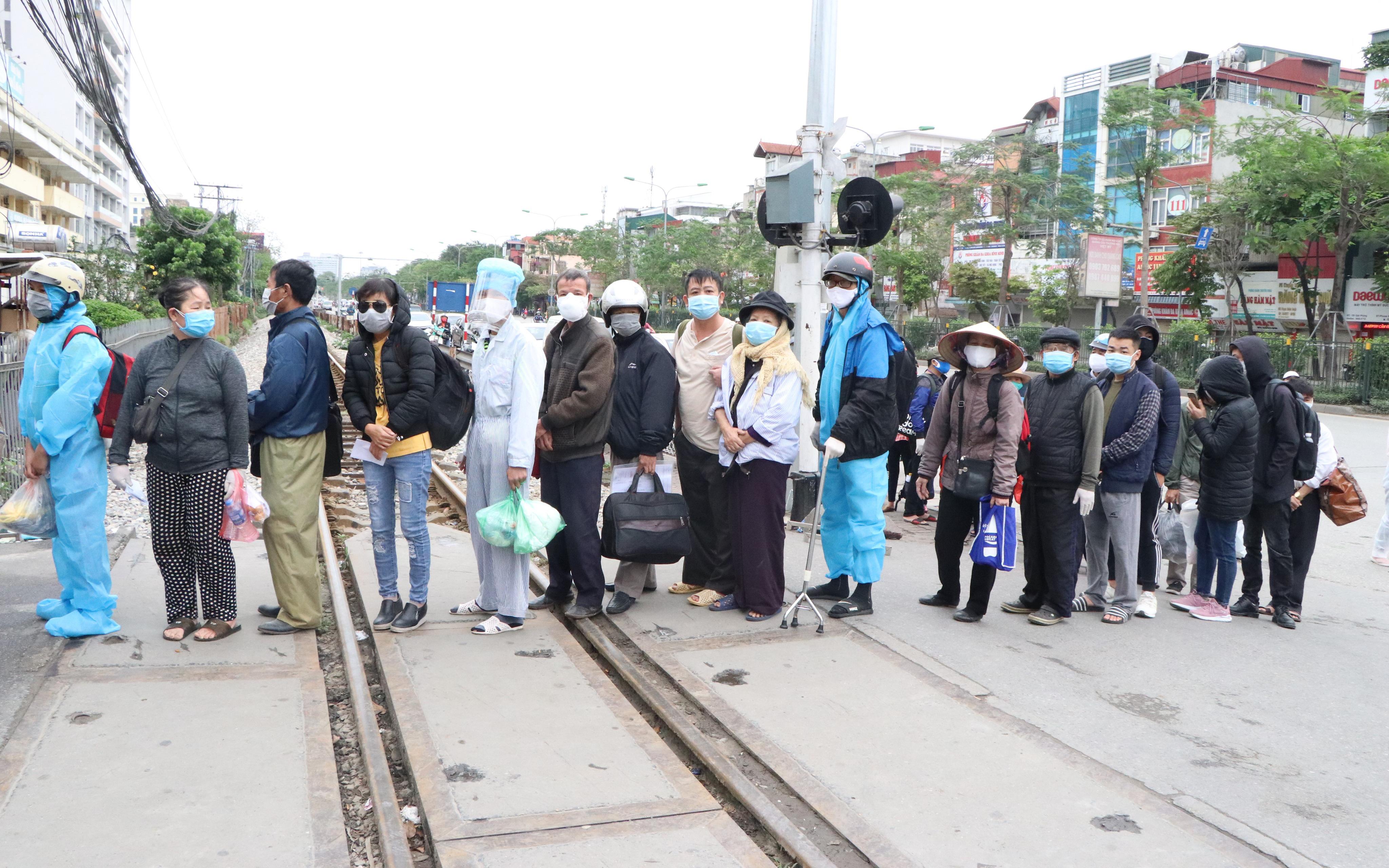 Ảnh: Bệnh nhân chạy thận xếp hàng dài trước cổng BV Bạch Mai chờ làm thủ tục vào viện