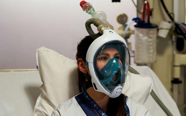 Nhân viên y tế Ý cải tiến mặt nạ lặn biển thành mặt nạ trợ thở cho bệnh nhân nhiễm Covid-19 phải thở bằng máy