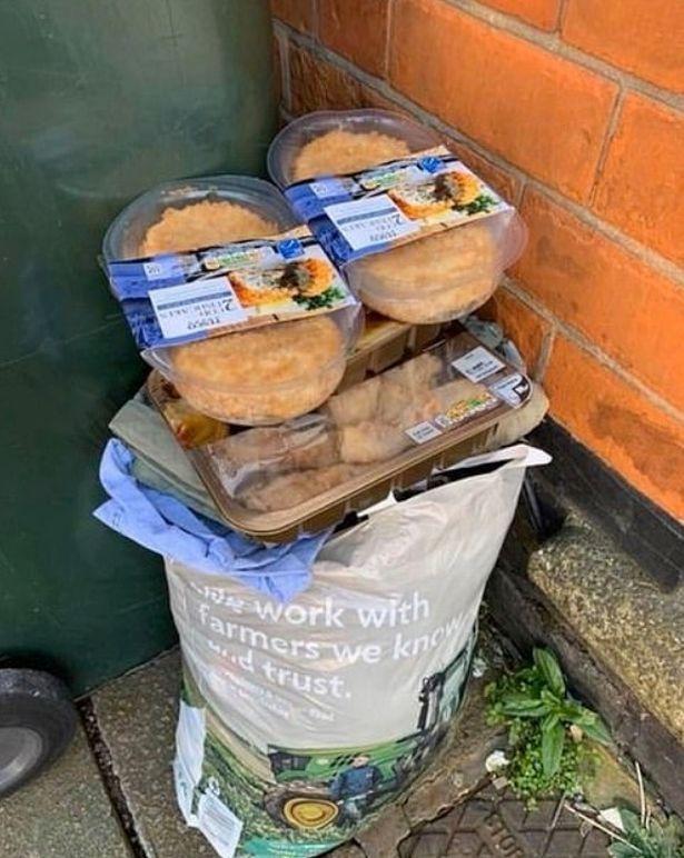 """Sau """"cơn bão"""" tích trữ thực phẩm vì Covid-19, thùng rác trên phố xuất hiện những thứ khiến nhiều người phải giật mình tự nhìn lại bản thân - Ảnh 2."""