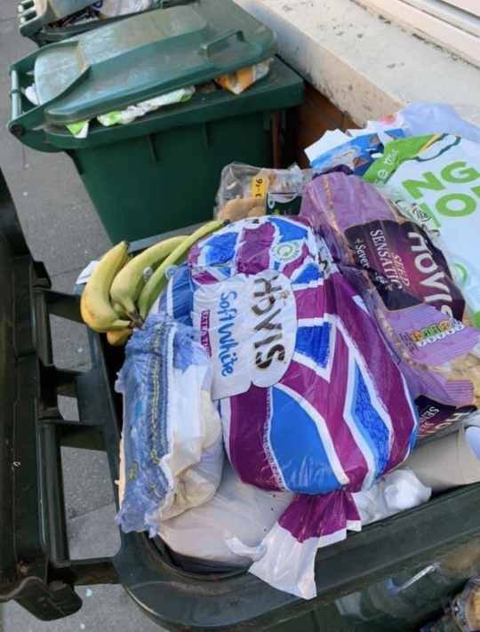 """Sau """"cơn bão"""" tích trữ thực phẩm vì Covid-19, thùng rác trên phố xuất hiện những thứ khiến nhiều người phải giật mình tự nhìn lại bản thân - Ảnh 5."""