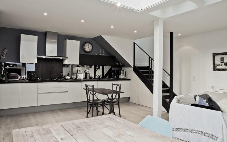 Nhà nhỏ có gác xép mang sắc màu cổ điển và cá tính nhờ phối màu đen trắng