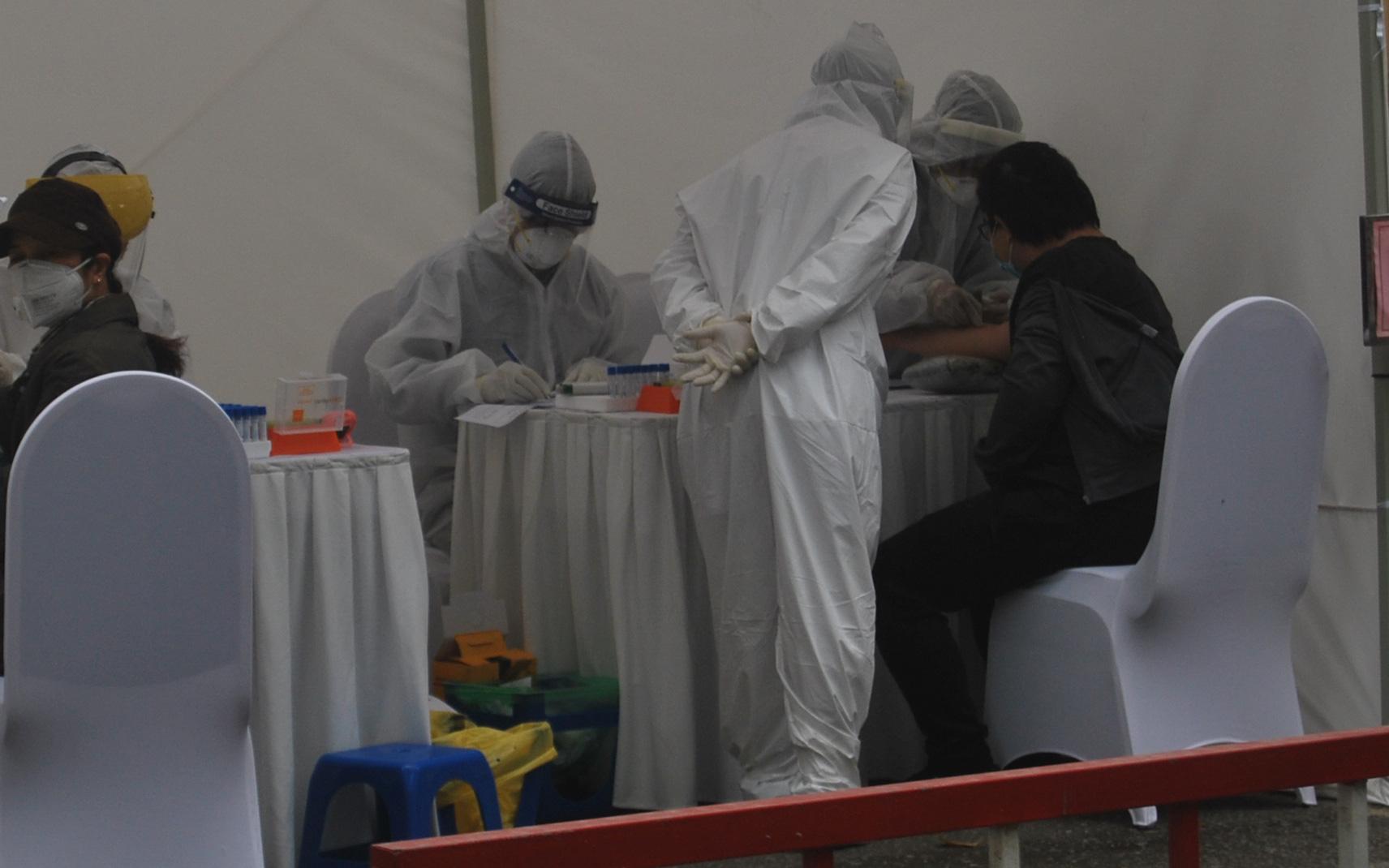 Hà Nội: Phát hiện 3 trường hợp nghi ngờ nhiễm COVID-19 qua xét nghiệm nhanh kết quả sau 10 phút