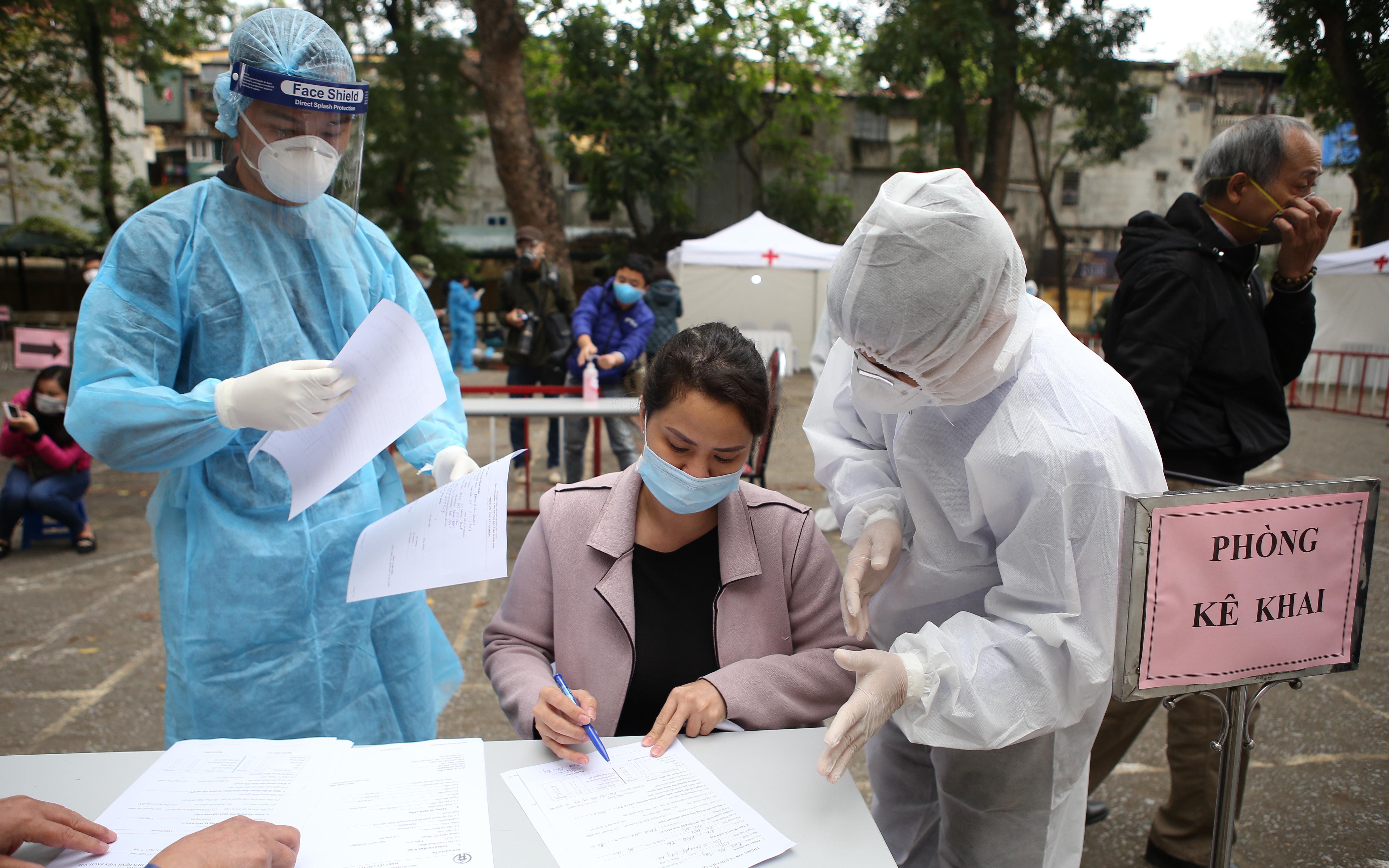 Chùm ảnh: Cận cảnh chốt lấy mẫu máu test Covid-19 xung quanh bệnh viện Bạch Mai