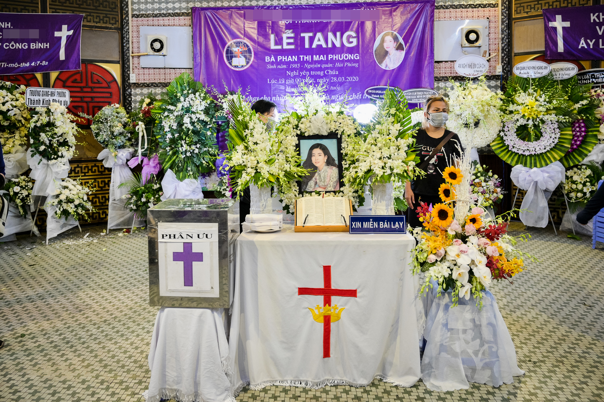 Gia đình, bạn bè đồng nghiệp không kìm được nước mắt trong ngày đưa tiễn Mai Phương về nơi an nghỉ cuối cùng - Ảnh 2.