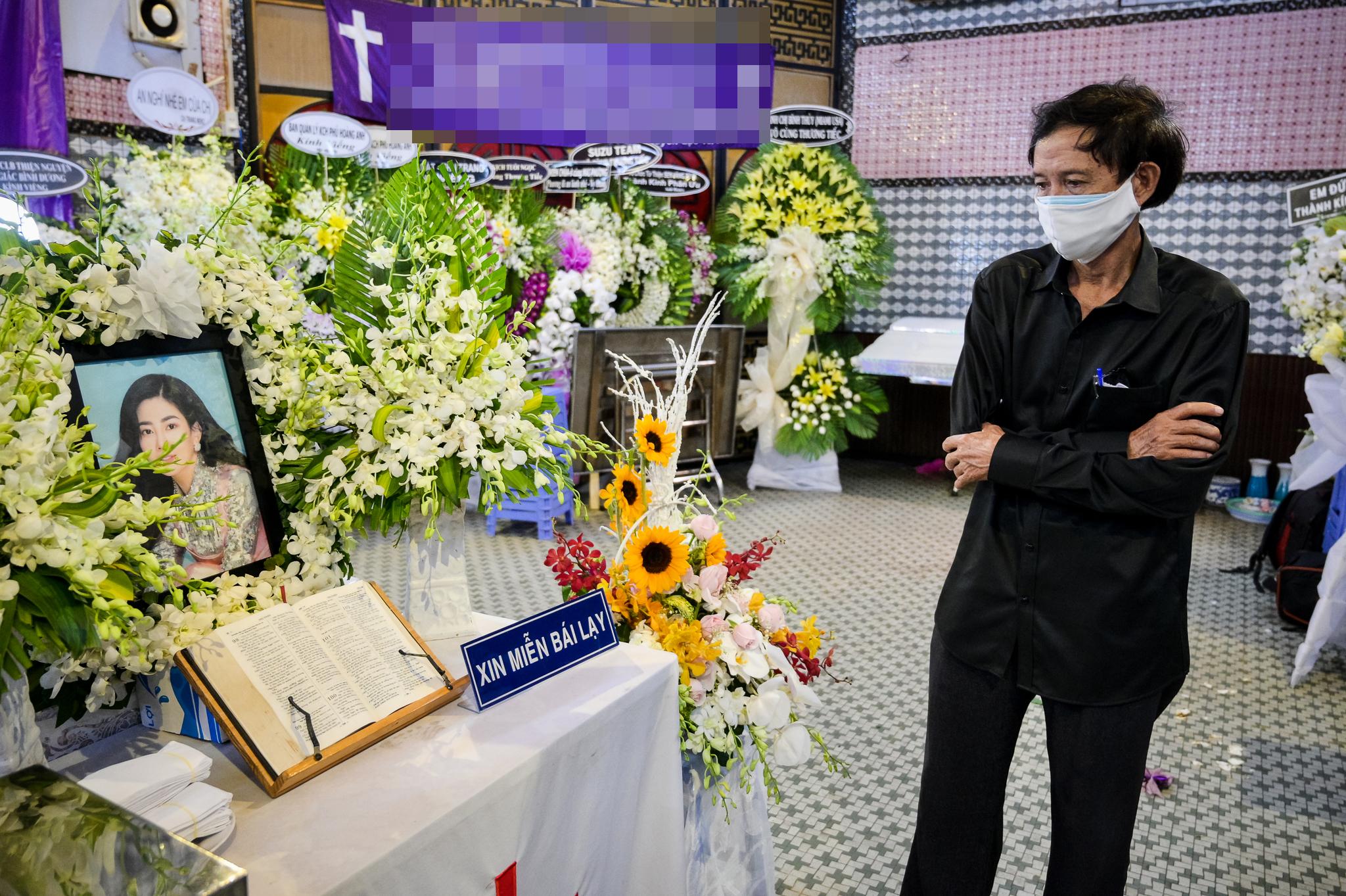 Gia đình, bạn bè đồng nghiệp không kìm được nước mắt trong ngày đưa tiễn Mai Phương về nơi an nghỉ cuối cùng - Ảnh 1.