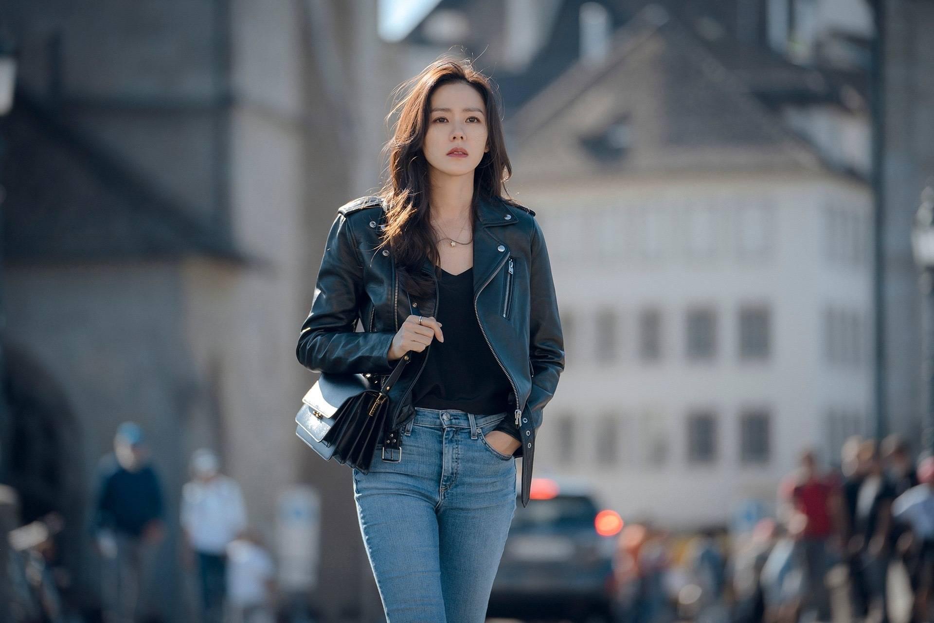"""Hạt """"sạn"""" to đùng trong Crash Landing On You khi Son Ye Jin diện lại áo cũ từ 8 năm trước: Là tiết kiệm hay có ẩn ý sâu xa - Ảnh 2."""