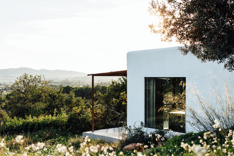 Căn nhà cấp 4 trên đảo tạo ấn tượng đặc biệt nhờ kết hợp giữa kiến trúc hiện đại với thiên nhiên hoang sơ - Ảnh 2.