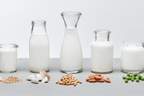 """Các mẹ Việt đua nhau cho con uống sữa hạt, bác sĩ nói """"thừa chất này, thiếu chất khác"""""""