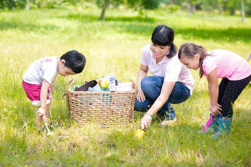 Lợi ích kì diệu khi trẻ được vui chơi trong vườn với cỏ cây, hoa lá - Ảnh 1.