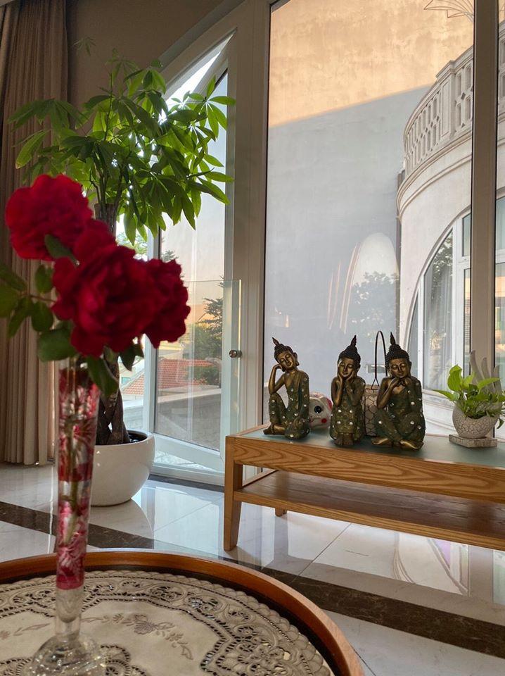Biệt thự màu trắng siêu sang trồng nhiều hoa và cây xanh của Hoa hậu đền Hùng Giáng My - Ảnh 5.