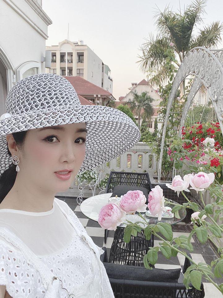 Biệt thự màu trắng siêu sang trồng nhiều hoa và cây xanh của Hoa hậu đền Hùng Giáng My - Ảnh 1.