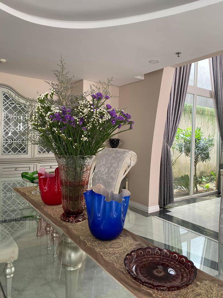 Biệt thự màu trắng siêu sang trồng nhiều hoa và cây xanh của Hoa hậu đền Hùng Giáng My - Ảnh 8.