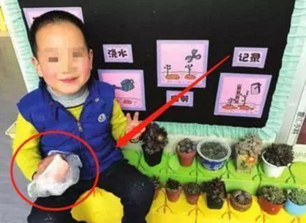 Cô giáo yêu cầu một đằng, bé trai 5 tuổi làm một nẻo khiến cả hiệu trưởng cũng phải phì cười - Ảnh 1.