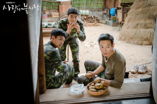 """""""Crash Landing On You"""": """"Thánh nhây"""" Pyo Chi Su tiết lộ không dám nhìn Hyun Bin vì quá đẹp trai, bật mí lý do """"ghét"""" Son Ye Jin  - Ảnh 7."""