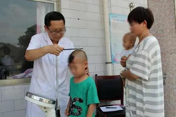 Sầu não vì con trai 6 tuổi không cao thêm chút nào suốt 2 năm, người mẹ đưa bé đi khám thì bàng hoàng với kết quả nhận được - Ảnh 1.