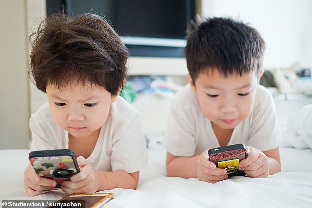 Ảnh hưởng lâu dài của việc trẻ xem tivi, điện thoại thường xuyên mà bố mẹ chưa từng biết đến - Ảnh 1.