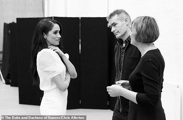 """Vừa mới trở về hoàng gia Anh, Meghan Markle đã """"gây hấn"""" với mẹ chồng bằng chiêu thức quen thuộc từng làm với chị dâu Kate khiến nhiều người tức giận - Ảnh 3."""