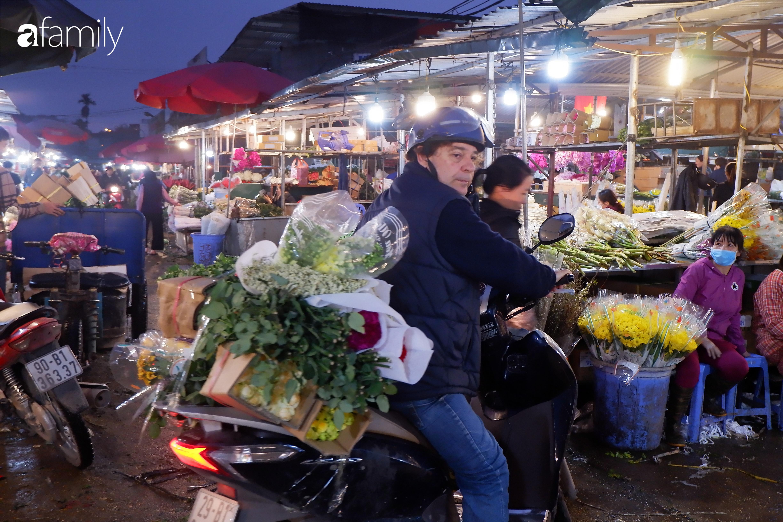 Tấp nập chợ hoa đêm Quảng An ngày Quốc tế Phụ nữ 8/3 - Ảnh 9.
