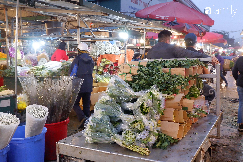 Tấp nập chợ hoa đêm Quảng An ngày Quốc tế Phụ nữ 8/3 - Ảnh 8.