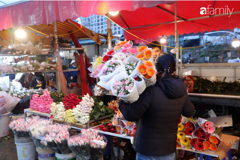 Tấp nập chợ hoa đêm Quảng An ngày Quốc tế Phụ nữ 8/3 - Ảnh 6.