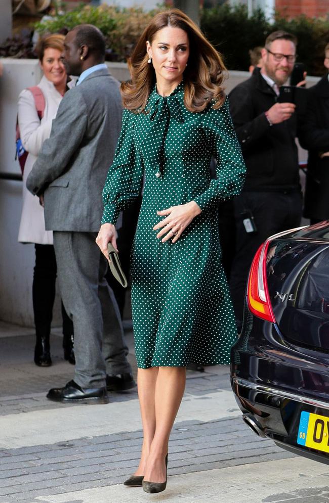 """Công nương Kate sở hữu rất nhiều """"vũ khí"""" thời trang lợi hại, trong đó có váy áo cổ nơ buộc cứ diện lên là sang ngút ngàn - Ảnh 5."""