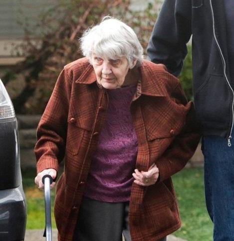 Cuộc gặp gỡ đầy ngậm ngùi: Chồng bị cách ly giữa tâm dịch, cụ bà 88 tuổi chỉ có thể thăm chồng qua cửa kính của viện dưỡng lão - Ảnh 1.