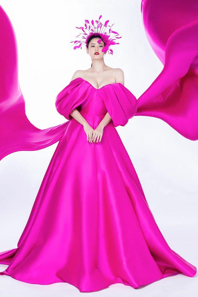 """Cùng một chiếc váy mà Ngọc Trinh xinh như công chúa, Trương Quỳnh Anh lại có chút sến """"không hề nhẹ"""" - Ảnh 1."""
