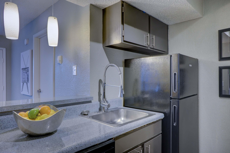 Đây là tần suất bạn nên dọn dẹp mọi không gian, bề mặt và vật dụng trong nhà - Ảnh 3.