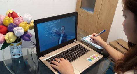 Trường đại học đầu tiên cho sinh viên bảo vệ khóa luận trực tuyến - Ảnh 1.
