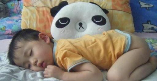 Bé nào ngủ cũng hay đạp tung chăn ra, lý do không hẳn là nóng, bố mẹ còn cần chú ý điều này - Ảnh 1.