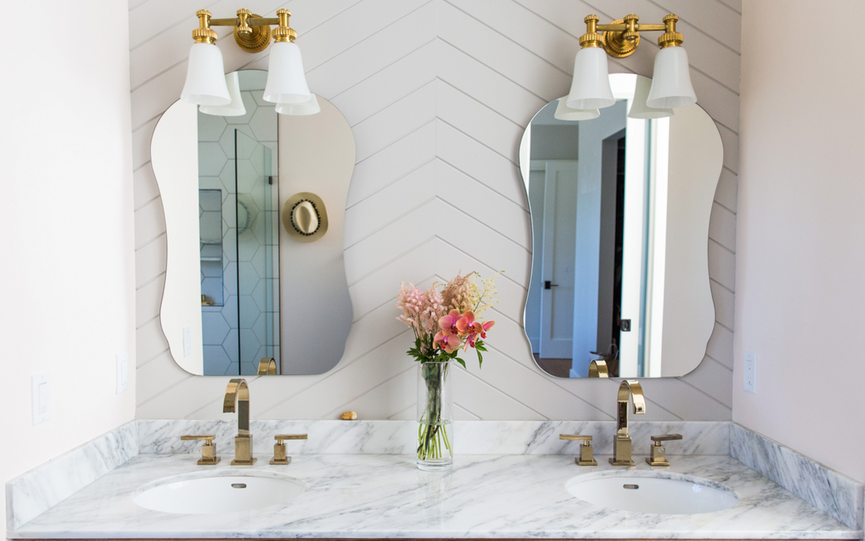 """Phòng tắm mùa hè trở nên """"mát lịm"""" với hai gam màu trắng - xanh"""