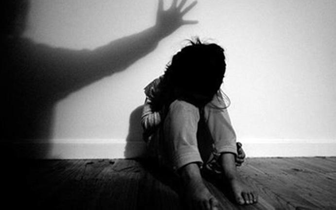 Thái Bình: Bố phát hiện gã hàng xóm đang xâm hại con gái, kẻ thủ ác bèn chui xuống gầm giường trốn