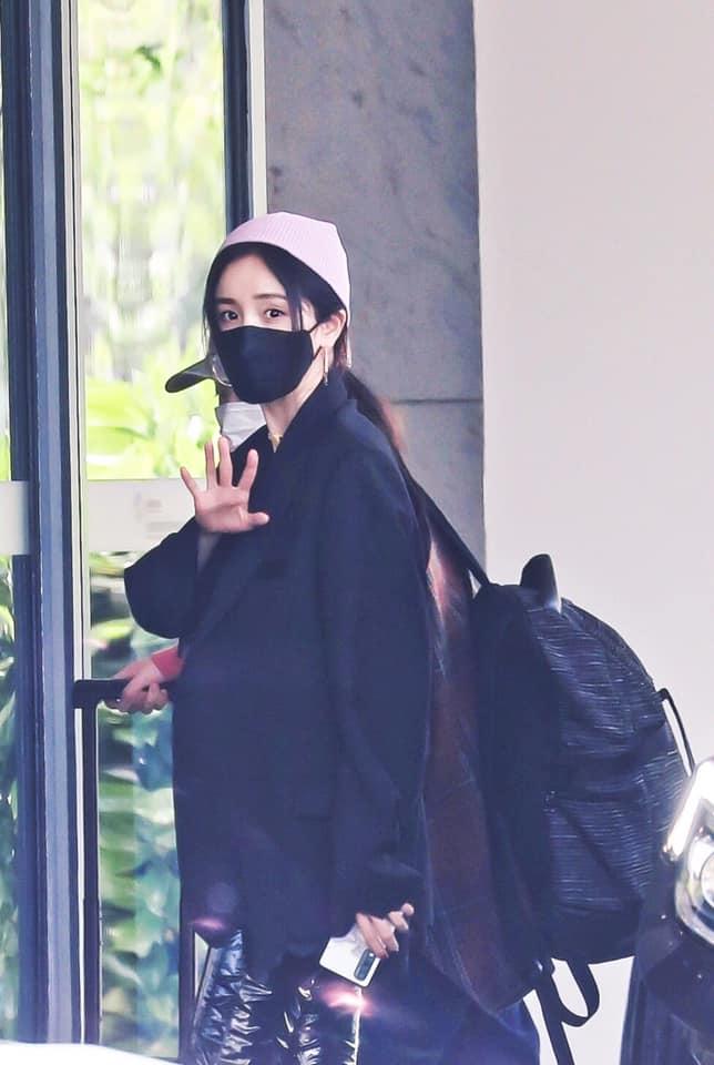 Dương Mịch đi quay show cùng Đặng Luân, đáng chú ý là mang vòng cổ, dùng dây buộc tóc của con gái?  - Ảnh 4.