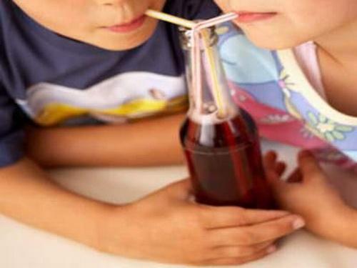 Cho trẻ uống nhiều nước ngọt: Coi chừng mắc gan nhiễm mỡ - Ảnh 1.