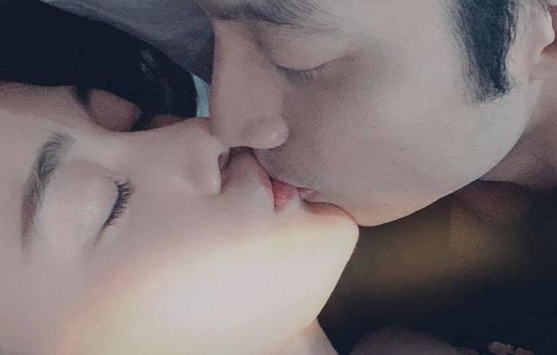 """Vừa công khai có tình yêu mới, """"Quỳnh búp bê"""" Phương Oanh đã tung ngay khoảnh khắc hôn môi táo bạo - Ảnh 2."""