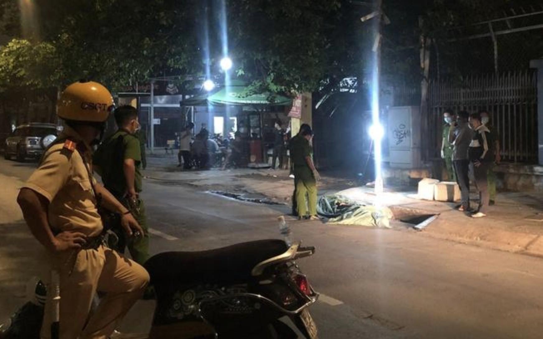 TP.HCM: Nửa đêm phát hiện thi thể quấn trong bao tải trước quán cà phê, nghi bị giết