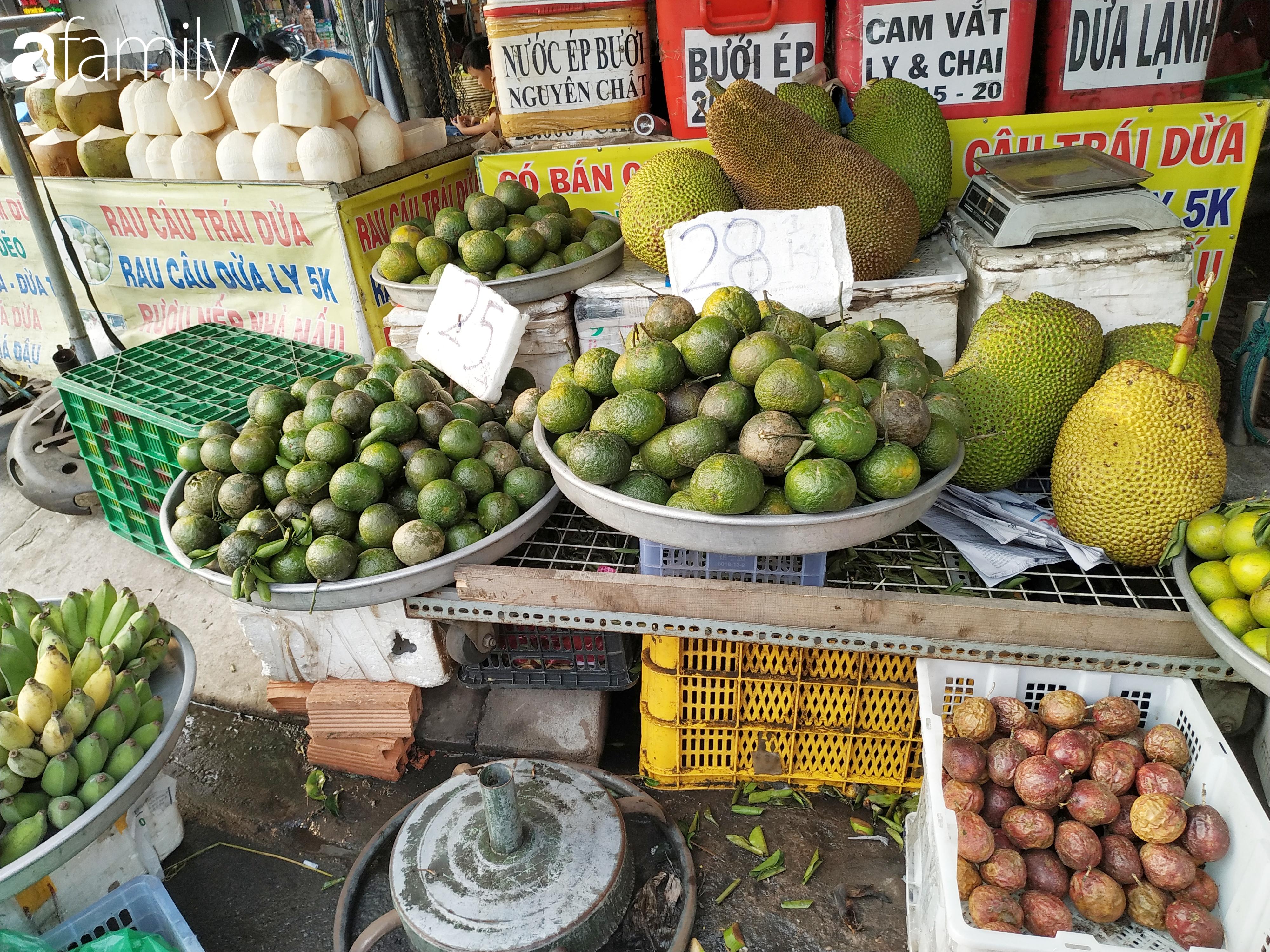 """Giá """"rẻ như cho"""" nhưng nhiều loại trái cây ở Sài Gòn vẫn mòn mỏi chờ khách - Ảnh 7."""