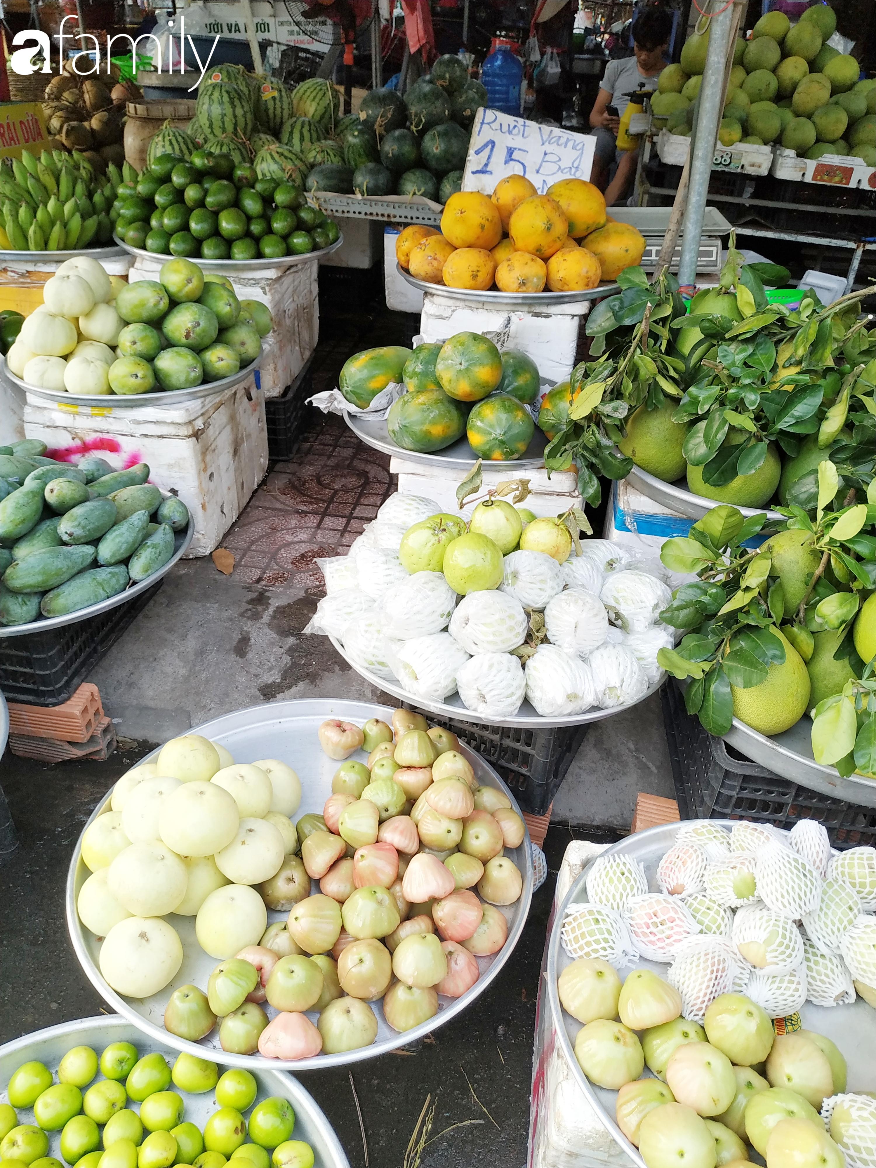"""Giá """"rẻ như cho"""" nhưng nhiều loại trái cây ở Sài Gòn vẫn mòn mỏi chờ khách - Ảnh 10."""