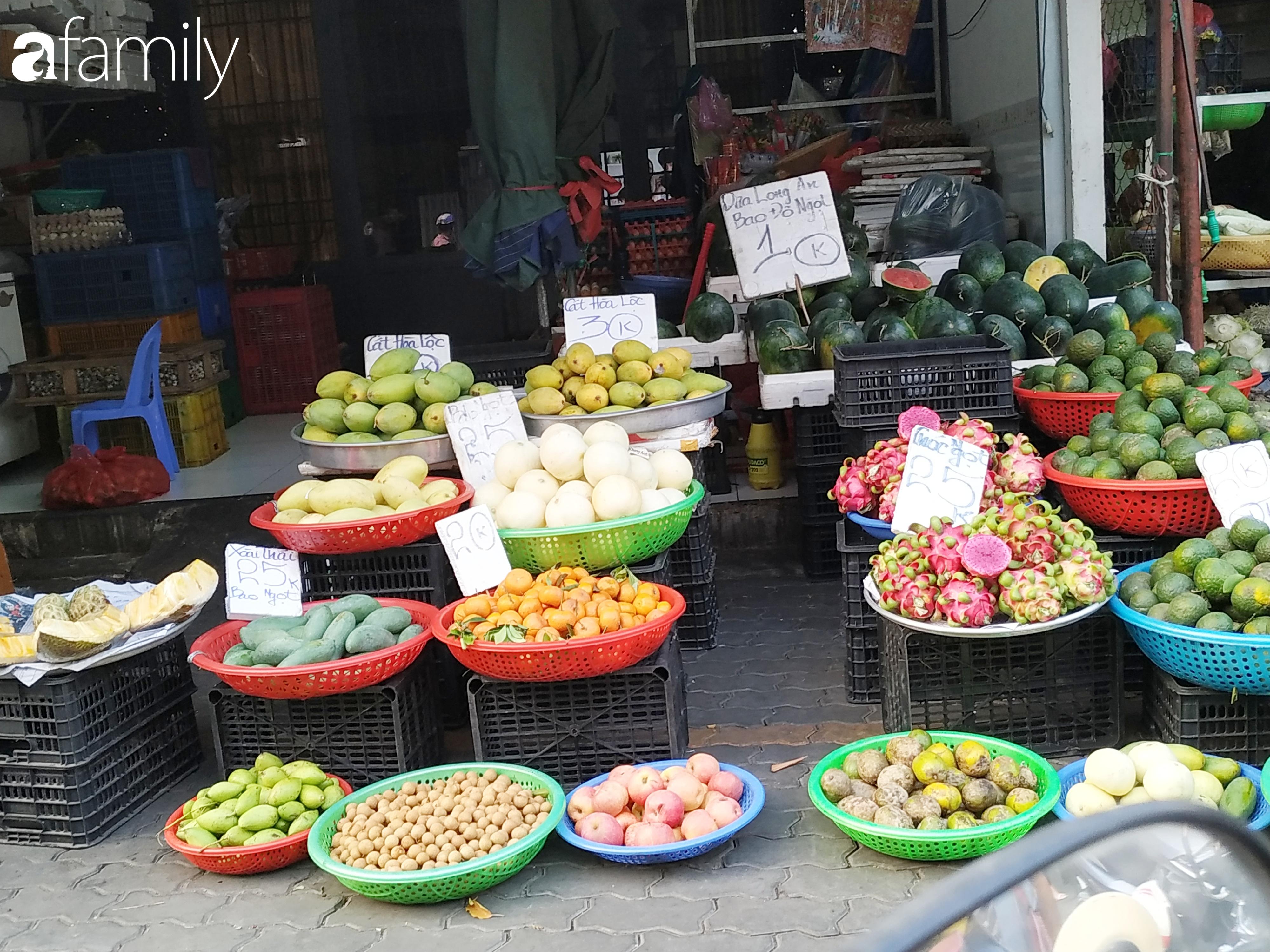 """Giá """"rẻ như cho"""" nhưng nhiều loại trái cây ở Sài Gòn vẫn mòn mỏi chờ khách - Ảnh 12."""