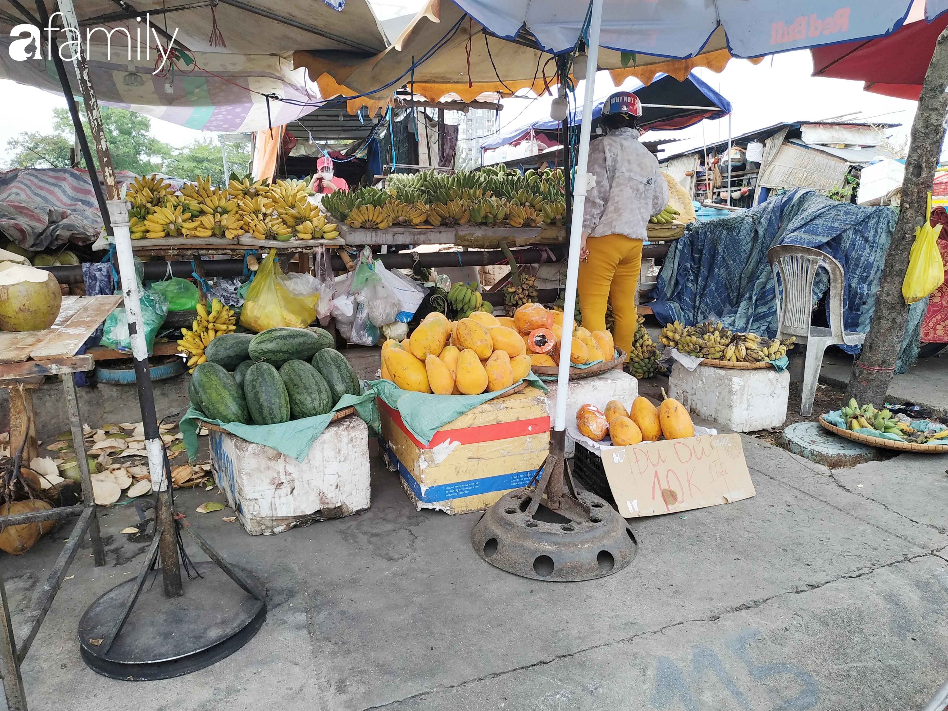 """Giá """"rẻ như cho"""" nhưng nhiều loại trái cây ở Sài Gòn vẫn mòn mỏi chờ khách - Ảnh 4."""