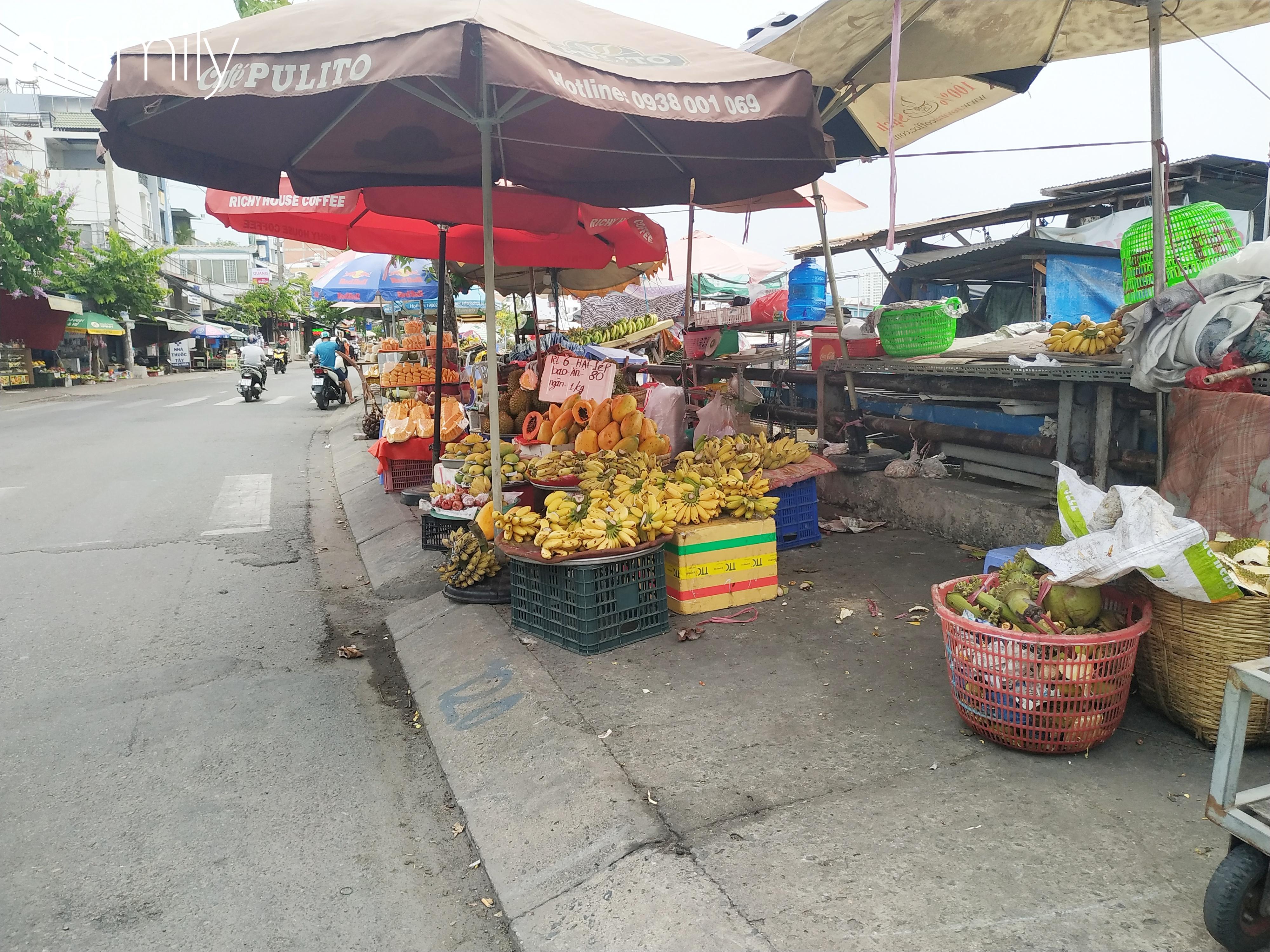 """Giá """"rẻ như cho"""" nhưng nhiều loại trái cây ở Sài Gòn vẫn mòn mỏi chờ khách - Ảnh 2."""