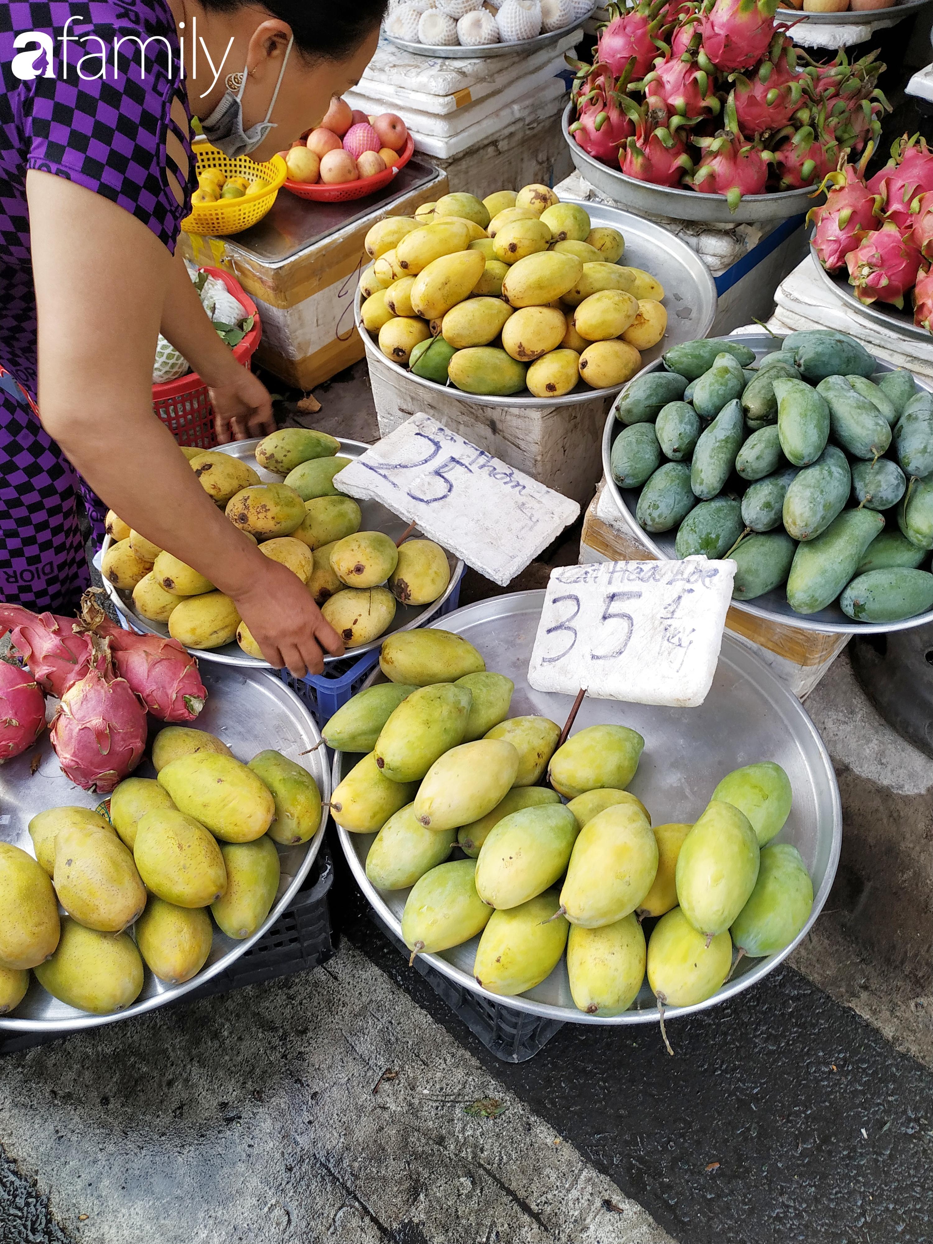 """Giá """"rẻ như cho"""" nhưng nhiều loại trái cây ở Sài Gòn vẫn mòn mỏi chờ khách - Ảnh 8."""