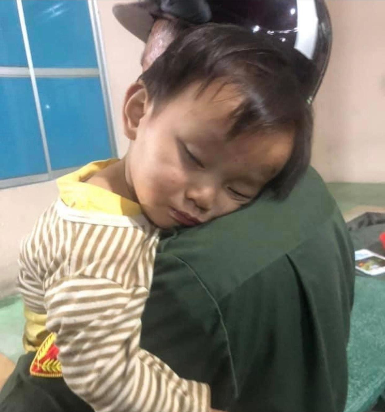 Thông tin mới vụ bé trai bị bỏ bên đường: Mẹ bị tâm thần, cậu ruột đến nhận cháu - Ảnh 2.