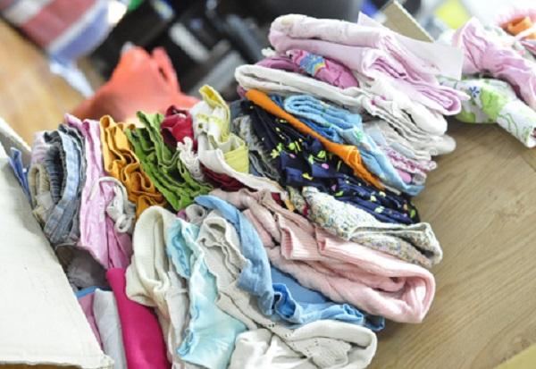 Chị Hân không ngại xin quần áo cũ cho con mặc từ bạn bè, đồng nghiệp vì trẻ con mau lớn. Mua sắm nhiều không dùng hết sẽ lãng phí. (Ảnh minh họa)